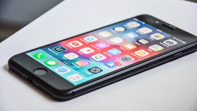 携帯電話のアプリ使用をイメージした画像