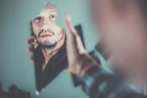 イケメンが鏡を見ている画像
