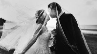 結婚式の新婦と新郎の画像