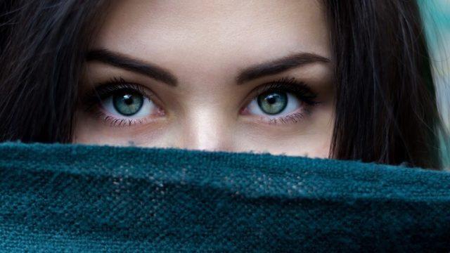 美しくも怪しい女性の瞳の画像