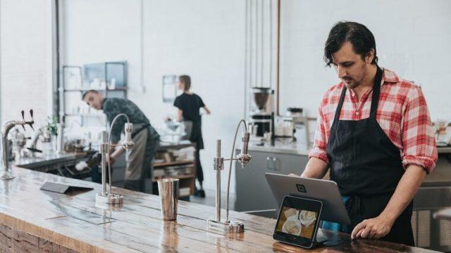 カフェで働いている人の画像